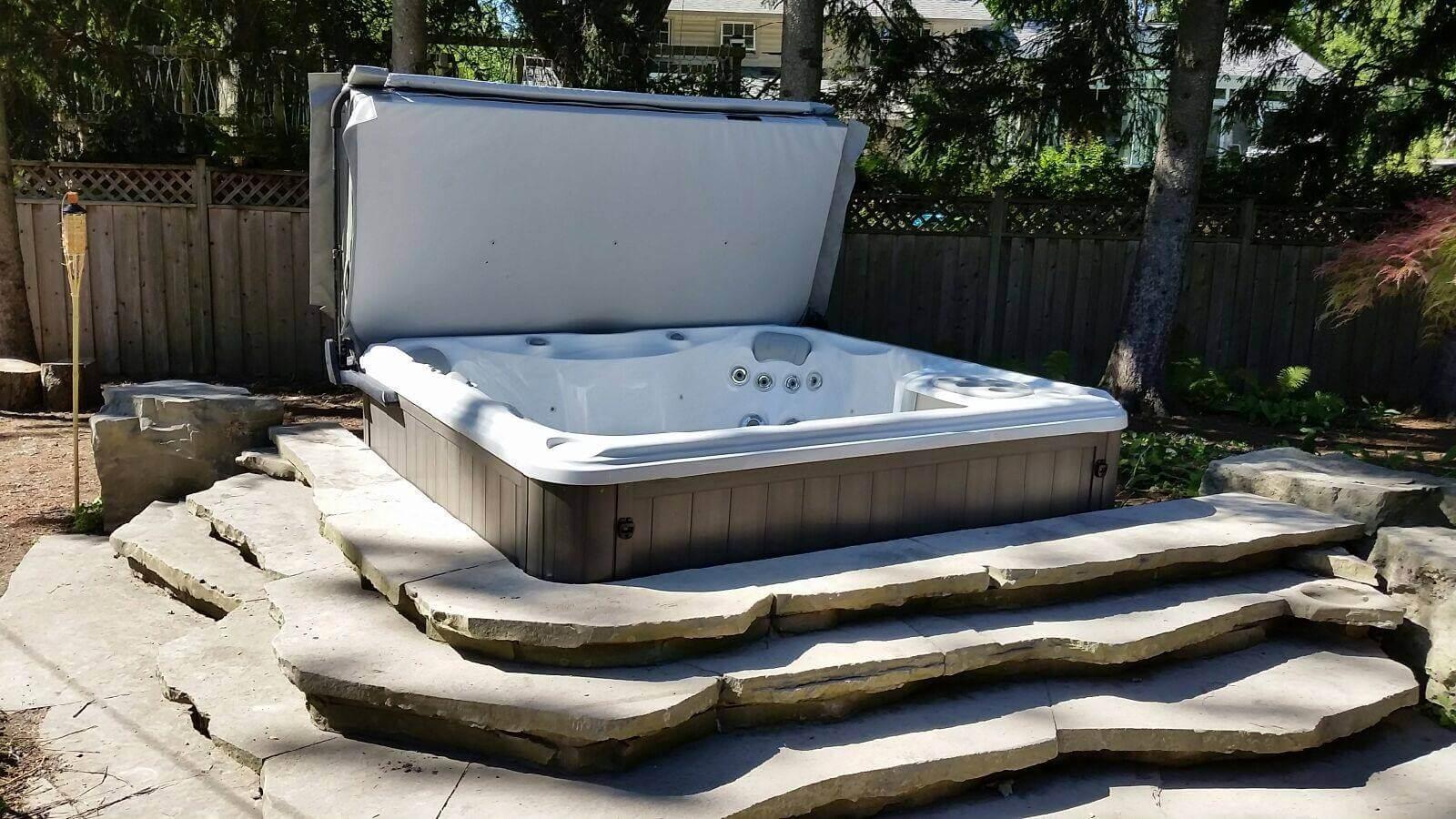 Foto idei de instalare jacuzzi exterior in gradina jacuzzi cazi hidromasaj sundance spas romania - Jacuzzi exterior ...
